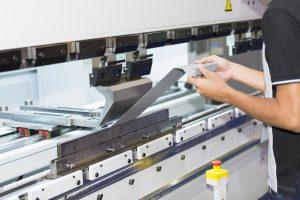 Piganje pločevine je postopek upogibanja pločevine