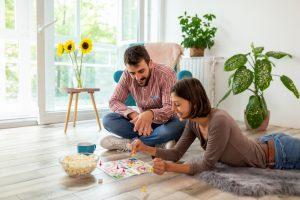 Odlična rešitev za krajšanje časa v dvoje so družabne igre za pare.