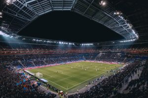 Nogometno igrišče, pripravljeno za ljubitelje športnih stav.